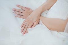 新娘的手有婚戒的 库存图片
