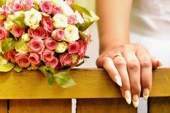 新娘的手有近花束的 免版税库存照片