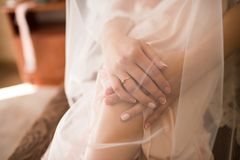 新娘的早晨,当她的手横渡和报道面纱 与金刚石的一个定婚戒指在右手的手指 免版税库存图片