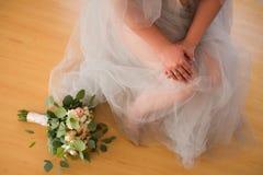 新娘的早晨,当她的手横渡 与金刚石的一个定婚戒指在右手的手指 女性指甲盖w 免版税库存图片