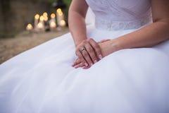 新娘的早晨,当她的手横渡 与金刚石的一个定婚戒指在右手的手指 女性指甲盖w 免版税库存照片