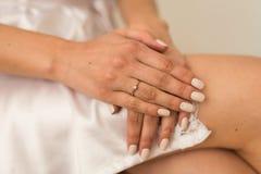 新娘的早晨,当她的手横渡 与金刚石的一个定婚戒指在右手的手指 库存照片
