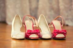 新娘的桃红色鞋子 免版税库存图片