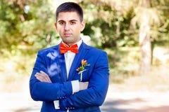 新娘的特写镜头一套蓝色衣服的与蝴蝶 免版税库存照片