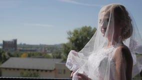 新娘的画象,在面纱包裹自己 等待婚礼的美丽的妇女 股票视频