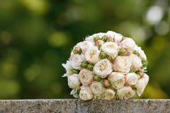 新娘的美丽的婚礼花束 图库摄影