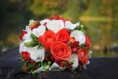 新娘的美丽的婚礼花束 免版税图库摄影