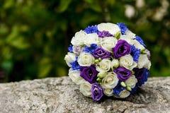 新娘的美丽的婚礼花束 免版税库存照片