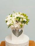 新娘的美丽的白色花束 免版税库存照片