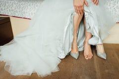 新娘的美好和运动腿婚姻的鞋子的 免版税库存照片