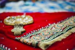 新娘的莎丽服和辅助部件 免版税库存照片