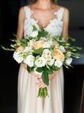 新娘的迷人的花束有玫瑰的 库存图片