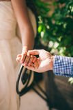 新娘相连新郎的现有量 免版税库存照片