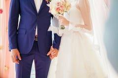 新娘相连新郎的现有量 免版税库存图片