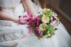 新娘礼服和新娘花束的细节 免版税库存图片