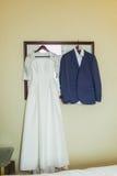 新娘礼服和新郎衣服在户内化装室 免版税图库摄影