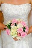 新娘礼服和花详细资料 免版税库存照片