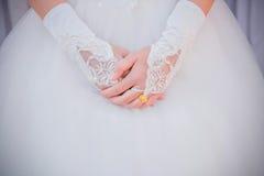 新娘礼服的妇女有在新娘的手指的一只婚礼金戒指的 免版税库存照片