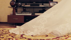 新娘礼服的长的羽毛舒展地毯 股票视频