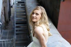 新娘礼服的年轻美丽的白肤金发的妇女 免版税库存图片