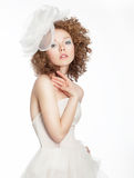 新娘空白礼服的未婚妻女孩与弓摆在 免版税库存图片