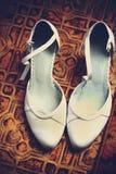 新娘穿上鞋子婚礼白色 免版税库存图片