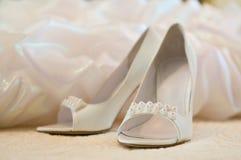 新娘穿上鞋子婚礼 图库摄影