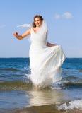 新娘笑的运行 免版税图库摄影
