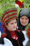 新娘给匈牙利传统穿衣 免版税库存图片