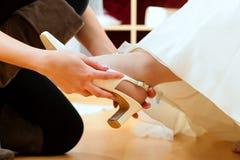 新娘给女装店婚礼穿衣 图库摄影