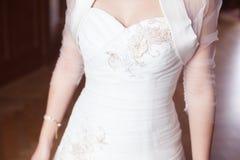 新娘美丽的婚礼礼服 免版税库存图片