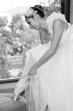 新娘舞蹈的白色褂子的美丽的妇女 免版税库存照片