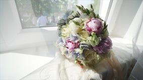 新娘花束一块木窗口基石的 影视素材