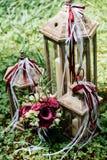 新娘花束和三木灯笼有蜡烛的站立 免版税库存照片
