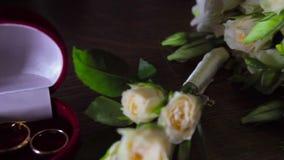 新娘花束和婚戒在桌上 股票视频