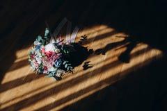 新娘花束和辅助部件  蓝色详细资料花袜带系带婚礼 免版税图库摄影