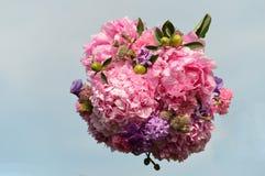新娘花束在天空中 库存照片