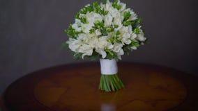 新娘花束在桌上 桃红色玫瑰花束在绿松石陶瓷花瓶,拷贝空间的 影视素材