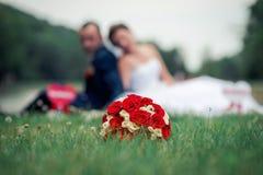 新娘花束在草在 库存照片