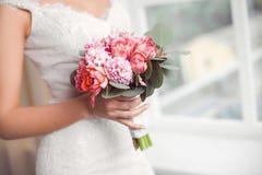 新娘花束美丽桃红色婚礼在新娘的手上开花 图库摄影