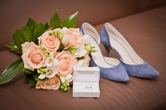 新娘花束,鞋子,在箱子的婚戒 免版税图库摄影