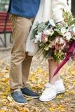 新娘花束 走在城市的新娘和新郎 免版税库存图片