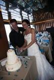 新娘蛋糕剪切新郎 免版税库存照片