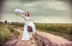 新娘被触犯的把扔出去的面纱婚礼 免版税库存照片