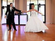 新娘跳舞新郎被射击的顶视图 免版税库存图片