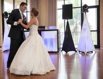 新娘跳舞新郎被射击的顶视图 免版税库存照片