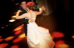 新娘跳舞新郎 免版税库存图片
