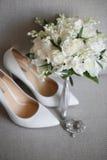 新娘辅助部件:米黄鞋子和新娘的花束 免版税图库摄影