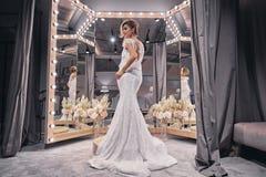 新娘迷住 佩带a的全长可爱的少妇 库存照片