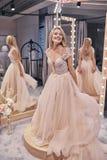 新娘迷住 佩带w的全长可爱的少妇 免版税库存照片
